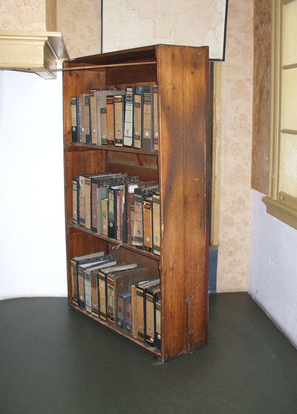 Reconstrução da estante que cobria a única entrada do Anexo Secreto, na Casa de Anne Frank, em Amsterdã.