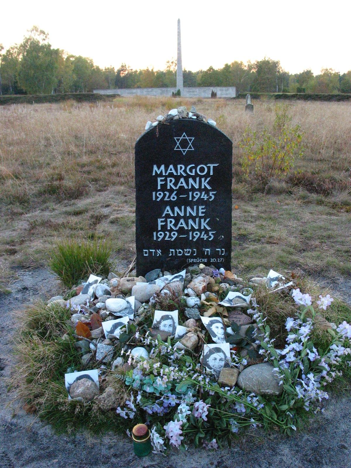 Memorial de Anne e Margot, no local onde era localizado o campo de Bergen-Belsen, juntamente com flores e fotografias como tributo.