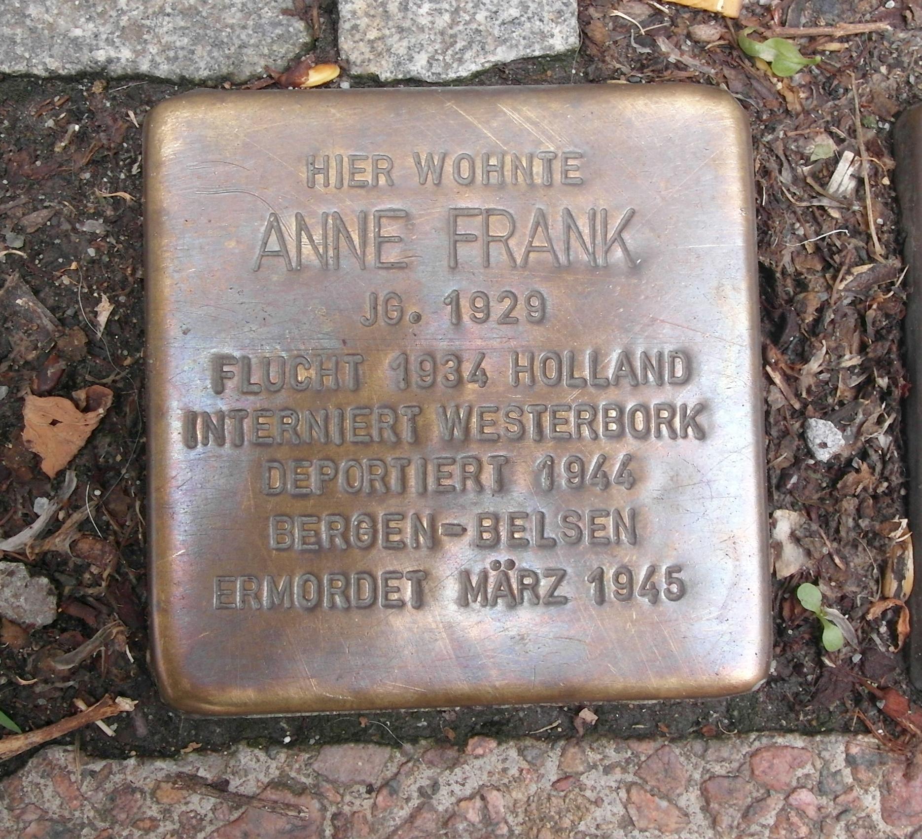Memorial de pedra na casa onde Anne morou com sua família de 1934 à 1935, em Aachen.