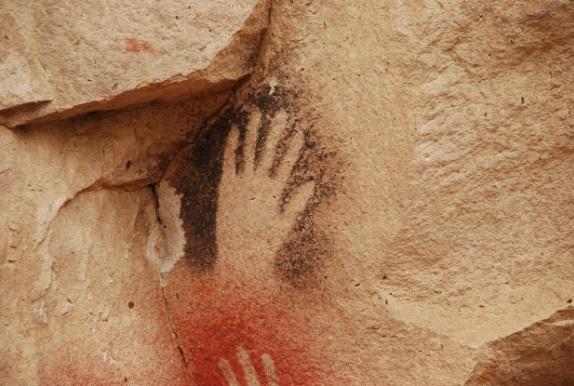 Pintura rupestre na Caverna das Mãos em Santa Cruz na Patagônia (AR). Mão em negativo.