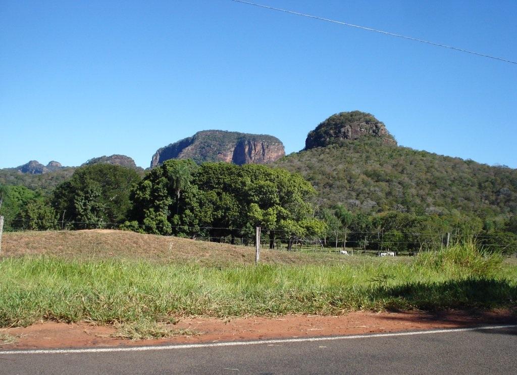 Paisagem da Serra de Maracaju com Morro Azul ao fundo à direita, Aquidauana (MS).