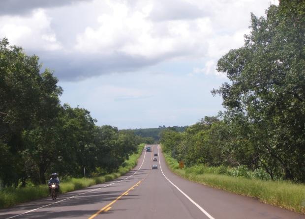 Trecho da BR-267,  entre Bataguassu e Campo Grande, que apresenta relevo de colinas.