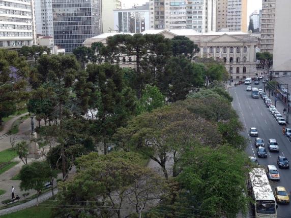 Praça Santos Andrade, no centro de Curitiba (PR) na atualidade.