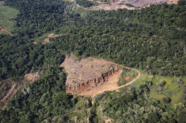 Área rural desmatada em Foz do Iguaçu. A retirada da cobertura vegetal, em relevo de declive, irá provocar a erosão do solo.