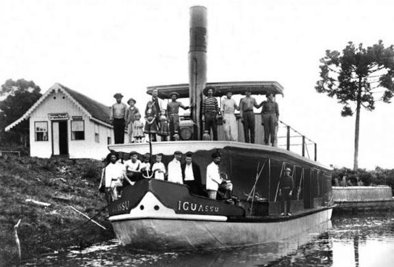 O vapor Iguassu, junto ao porto da firma Conrado Burher, 1930. Porto Amazonas (PR).