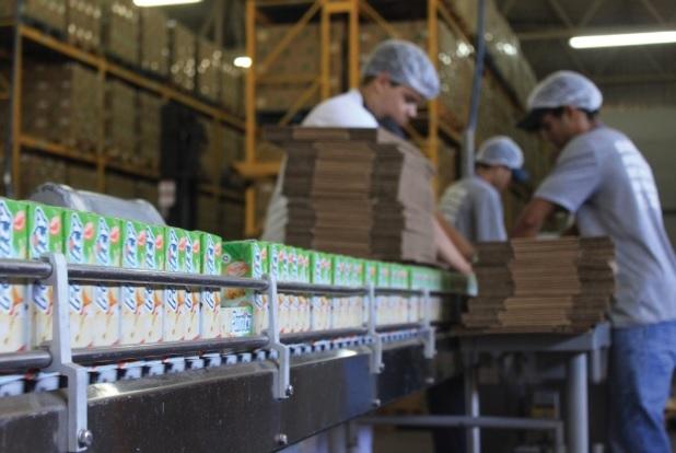 Fábrica de suco de laranja da Cocamar,  no noroeste do estado (setor secundário). Paranavaí (PR).