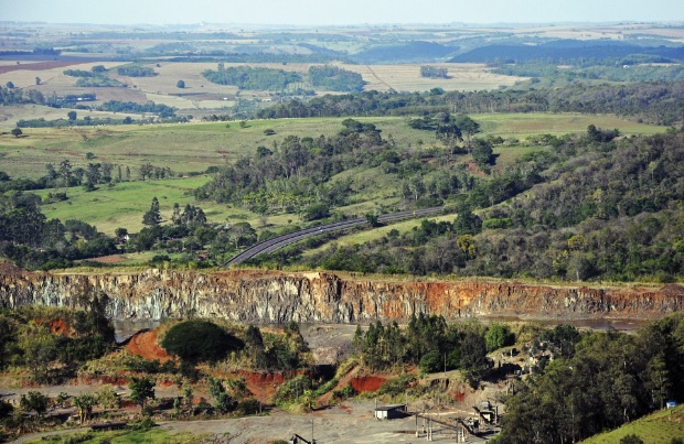Mineração (setor secundário). Pedreira do Contorno Norte. Ibiporã (PR).