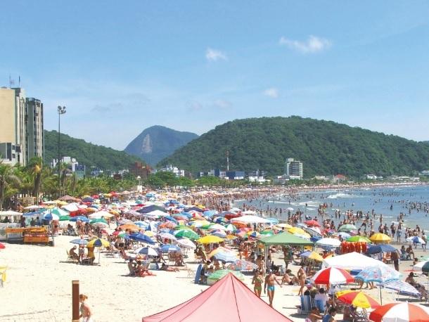 Na faixa litorânea, em sua maioria, o turismo é voltado para o lazer das praias, com destaque para os balneários. Praia Central de Guaratuba (PR).