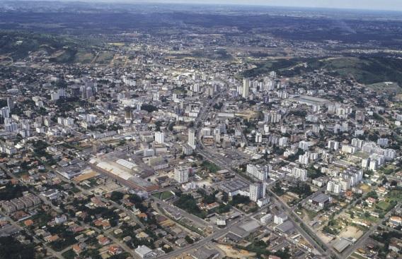 Vista aérea da cidade de Criciúma (SC). A expansão urbana trouxe como consequência o desmatamento da vegetação nativa.