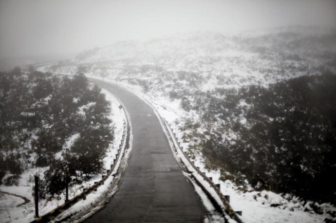 Inverno catarinense. Estrada SC-439 com neve – Morro da Igreja da cidade de Urubici.