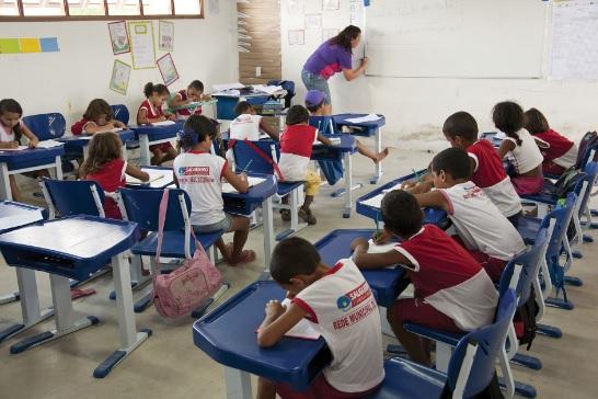 Crianças frequentando escola municipal de Ensino Fundamental