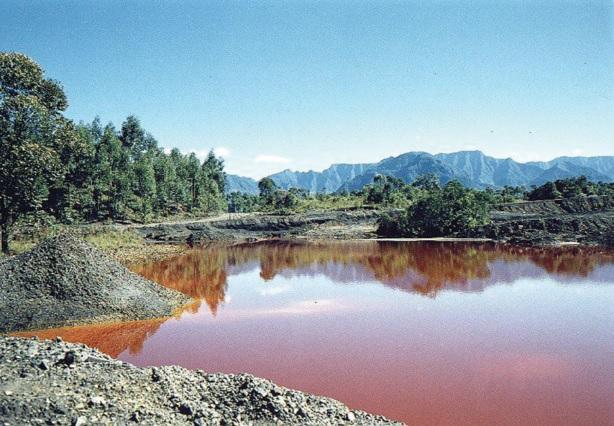 Lago ácido devido ao despejo de resíduos da exploração mineradora carbonífera