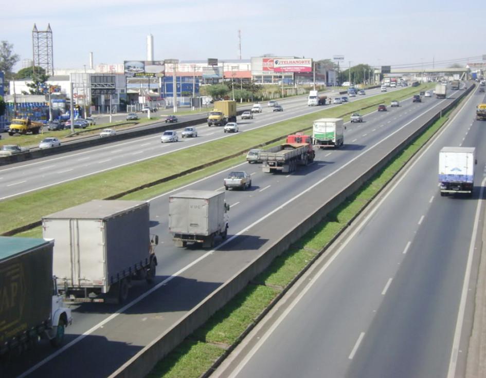 Rodovia Raposo Tavares faz a ligação da região à capital.