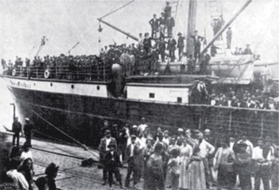 Desembarque de imigrantes no Porto de Santos (SP) em 1907.
